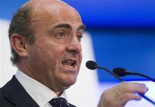 <p>Le ministre espagnol de l'Economie Luis de Guindos. L'Espagne a admis qu'elle pourrait avoir besoin d'une aide de 300 milliards d'euros si ses coûts de financement restaient à un niveau insoutenable, selon une source européenne, qui précise que le ministre espagnol a abordé le sujet avec son homologue allemand à Berlin mardi dernier. /Photo prise le 26 juin 2012/REUTERS/Juan Medina</p>