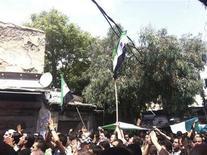 <p>سوريون يشاركون في جنازة رجل قتل بنيران القوات الموالية للاسد في دمشق يوم الاربعاء. (تستخدم الصورة في الاغراض التحريرية فقط يحظر بيعها وتسويقها واستغلالها في حملات اعلانية) - رويترز</p>