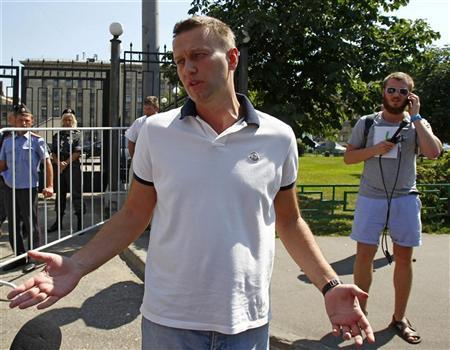 Prominent anti-corruption blogger and opposition leader Alexei Navalny gestures after leaving the Investigative Committee of the Russian Federation in Moscow July 31, 2012. REUTERS/Mikhail Voskresensky