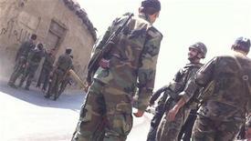 <p>جنود موالون للرئيس السوري بشار الاسد في منطقة قرب دمشق يوم 31 يوليو تموز 2012 - صورة لرويترز للاستخدام التحريري فقط ويحظر بيعها للحملات التسويقية أو الدعائية</p>
