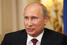 """<p>El presidente ruso, Vladimir Putin, durante una conferencia de prensa en Londres, ago 2 2012. El presidente ruso, Vladimir Putin, dijo el jueves que las tres integrantes de la banda Pussy Riot que efectuaron una """"plegaria de protesta"""" en su contra en la principal catedral de Rusia no deberían ser juzgadas tan duramente, lo que elevó la esperanza de sus abogados defensores de que puedan salir de prisión. REUTERS/Sang Tan/ Pool</p>"""