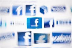 <p>Foto de archivo de diversos logos de Facebook vistos en la pantalla de un ordenador en Lavigny, Suiza, mayo 16 2012. Las acciones de Facebook Inc caían el jueves por debajo de 20 dólares, golpeadas por las grandes dudas sobre sus perspectivas de crecimiento, una serie de recientes salidas de ejecutivos y la expiración el 16 de agosto de un periodo de prohibición sobre la venta de papeles de los empleados. REUTERS/Valentin Flauraud</p>