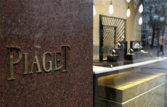 <p>Le n°2 mondial du luxe Richemont, propriétaire, entre autres, de Piaget, anticipe une hausse de 20% à 40% de son bénéfice semestriel, soutenu par la hausse de ses ventes dans les marchés émergents et auprès des touristes asiatiques en visite en Europe. /Photo d'archives/REUTERS/Arnd Wiegmann</p>
