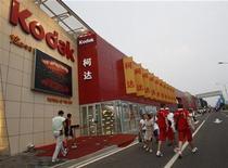 <p>Foto de archivo de una tienda de la firma Kodan en Pekín durante la celebración de los Juegos Olímpicos, ago 20 2008. Eastman Kodak, que está planeando subastar 1.100 patentes digitales, recibió dos ofertas por parte de grupos inversores que incluyen a Apple y Google por entre 150 y 250 millones de dólares, informó el Wall Street. REUTERS/Gil Cohen Magen (CHINA)</p>