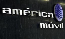 <p>Imagen de archivo del logo de América Móvil en la sala de recepción de la firma en Ciudad de México, feb 8 2011. El Gobierno mexicano buscará recuperar el control del atractivo espectro radioeléctrico de 2.5 GHz que ha estado subutilizado durante años y que actualmente está en gran parte en manos del grupo privado local MVS, dijo el miércoles el secretario de Comunicaciones y Transportes (SCT). REUTERS/Henry Romero</p>