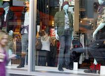<p>Hennes & Mauritz a vu les ventes de ses magasins ouverts depuis au moins un an progresser de 2% en juillet en devises locales, alors que les analystes interrogés par Reuters avaient tablé en moyenne sur une hausse de 3%. /Photo d'archives/REUTERS/Fred Prouser</p>