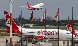 <p>Air Berlin va vendre huit avions pour soulager ses finances et réduire sa dette d'environ 300 millions d'euros d'ici à la fin de l'année. /Photo prise le 22 mai 2012/REUTERS/Fabrizio Bensch</p>