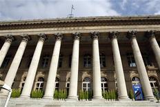 <p>La Bourse de Paris est orientée à la baisse à la mi-séance. Vers 12h10, le CAC 40 recule de 0,33% dans un marché désert en ce mercredi férié du 15 août (345 millions d'euros échangés sur NYSE Euronext). /Photo d'archives/REUTERS/Charles Platiau</p>