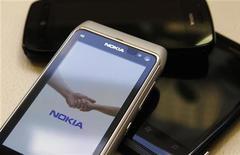 """<p>Le directeur général de Nokia, Stephen Elop, a annoncé la mise sur le marché """"à relativement court terme"""" d'un nouveau smartphone utilisant le dernier logiciel Windows 8 de Microsoft, une déclaration qui a été interprétée comme un signe que le fabricant finlandais pourrait dévoiler ce combiné lors d'une foire commerciale début septembre à Helsinki, avant la présentation du nouvel iPhone d'Apple, sans doute le 12 septembre. /Photo prise le 18 juillet 2012/REUTERS/Ints Kalnins</p>"""