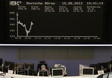 <p>Les Bourses européennes sont en baisse modérée à mi-séance dans une session du 15 août peu active et marquée par des prises de bénéfices après un plus haut de quatre mois. Vers 12h55, le CAC 40 cédait 0,30%, la Bourse de Francfort perdait 0,41% et celle de Londres reculait de 0,43%. /Photo prise le 15 août 2012/REUTERS/Remote/Tobias Schwarz</p>