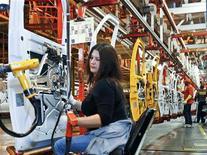 <p>La production industrielle aux Etats-Unis a signé au mois de juillet sa plus forte hausse depuis avril (+0,6% contre +0,5% attendu), à la faveur d'une nouvelle performance solide du secteur manufacturier, suggérant que l'économie américaine résiste malgré de récents signes d'essoufflement. /Photo prise le 7 février 2012/REUTERS/Sarah Conard</p>