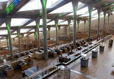 <p>صورة أرشيفية لقاعة مكتبة الاسكندرية. تصوير: علاء عبد النبي - رويترز</p>