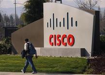 <p>Cisco Systems a relevé son dividende mercredi, tout en annonçant un chiffre d'affaires et des résultats trimestriels supérieurs au consensus, conséquence de son programme de restructuration et de ses économies de coûts. Le bénéfice net du quatrième trimestre, hors exceptionnels, est de 2,5 milliards de dollars. /Photo d'archives/REUTERS/Robert Galbraith</p>