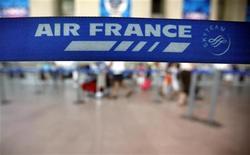 <p>Air France à suivre à la Bourse de Paris. Un vol de la compagnie aérienne française parti mercredi soir de Paris pour Beyrouth a dû être dérouté pour raisons de sécurité et s'est brièvement posé en Syrie afin de se ravitailler en carburant. /Photo d'archives/REUTERS/Eric Gaillard</p>