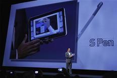 <p>Tim Baxter, le président de la branche américaine de Samsung Electronics. Le groupe sud-coréen a présenté jeudi une nouvelle tablette dotée d'un stylet et d'un grand écran, espérant ainsi concurrencer davantage l'iPad d'Apple, leader du marché. /Photo prise le 16 août 2012/REUTERS/Lucas Jackson</p>