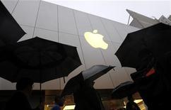 <p>Apple est en discussions avec des câblo-opérateurs en vue de permettre à des téléspectateurs d'utiliser un décodeur Apple pour regarder la télévision en temps réel et d'autres contenus, rapporte le Wall Street Journal. /Photo prise le 16 mars 2012/REUTERS/Robert Galbraith</p>