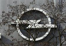 <p>Opel veut raccourcir la journée de travail dans son usine principale, à Rüsselsheim, en Allemagne, afin d'adapter la production à une demande toujours plus faible. /Photo prise le 23 mars 2012/REUTERS/Ina Fassbender</p>