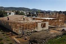 <p>Chantier à San Marcos, en Californie. Les mises en chantier aux Etats-Unis ont reculé contre toute attente en juillet et celles de juin ont été révisées à la baisse, signe de la fragilité persistante d'un marché immobilier ayant récemment affiché des signes de reprise. /Photo prise le 20 mars 2012/REUTERS/Mike Blake</p>