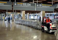 <p>Le trafic d'Aéroports de Paris a baissé de 0,4% en juillet comparé à un record inscrit en juillet 2011, avec 8,9 millions de passagers accueillis le mois dernier dans les aéroports parisiens de Roissy-Charles-de-Gaulle et d'Orly. /Photo d'archives/REUTERS</p>