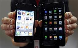 <p>Un iPhone 4 d'Apple (à gauche) et un Galaxy S II de Samsung. Apple a surestimé les marges bénéficiaires que dégage son rival Samsung Electronics avec ses appareils mobiles, a déclaré un expert financier lors du procès opposant les deux géants des smartphones qui s'accusent mutuellement de violation de propriété intellectuelle. /Photo d'archives/REUTERS/Jo Yong-Hak</p>