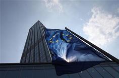 <p>Le siège de la Banque centrale européenne à Francfort. La Commission européenne proposera le mois prochain de confier à la BCE la supervision de toutes les grandes banques de la zone euro, rapporte vendredi le Handelsblatt, citant des sources proches de l'exécutif européen. /Photo d'archives/REUTERS/Ralph Orlowski</p>