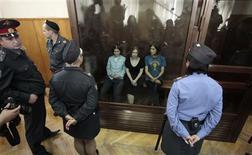 """<p>Les chanteuses du groupe punk russe """"Pussy Riot"""", Ekaterina Samoutsevitch, Maria Aliokhina et Nadejda Tolokonnikova (de gauche à droite), vendredi dans un tribunal moscovite. Les trois jeunes femmes, poursuivies pour avoir chanté un simulacre de prière hostile à Vladimir Poutine en février dans une cathédrale de Moscou, ont été condamnées vendredi à deux ans de prison chacune, dont seront déduits les six mois de détention provisoire qu'elles ont déjà purgés. /Photo prise le 17 août 2012/REUTERS/Maxim Shemetov</p>"""