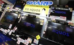 <p>Un grupo de televisores Aquos de la firma Sharp en una tienda de artículos electrónicos en Tokio, ago 8 2012. Las acciones de Sharp Corp subieron hasta un 13 por ciento el viernes por reportes de que la firma electrónica japonesa está evaluando varias alternativas de reestructuración para ganarse la aprobación de sus acreedores a un aumento de capital. REUTERS/Yuriko Nakao (JAPAN - Tags: BUSINESS)</p>