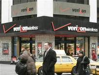 <p>Imagen de archivo de la casa matriz de Verizon Communications Inc. en Nueva York, February 14, 2005. Reguladores de Estados Unidos despejaron el camino el jueves para que la firma de comunicaciones Verizon Wireless adquiera ondas radiofónicas por 3.900 millones de dólares a grandes proveedores de cable, aunque dijeron que las compañías tendrían que acatar varias condiciones para obtener la aprobación final. REUTERS/Peter Morgan</p>