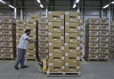 """<p>Imagen de archivo de una persona con un carro cargado con ordenadores Dell en un una fábrica en Sriperumbudur Taluk, India, juun 2 2011. Dell Inc advirtió el martes de un """"desafiante"""" segundo semestre del año para las ventas de computadores y reportó ingresos trimestrales por debajo de las proyecciones de Wall Street, lo que llevó a sus acciones a caer casi un 5 por ciento. REUTERS/Babu</p>"""