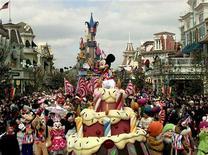 <p>L'action Euro Disney bondit à nouveau lundi matin à la Bourse de Paris après son envolée de 22% vendredi dans des volumes importants, la valeur restant soutenue par les rumeurs de rachat de la société d'exploitation de Disneyland Paris par sa maison mère Walt Disney. /Photo d'archives/REUTERS/Pascal Rossignol</p>