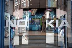<p>L'action Nokia, numéro deux mondial des téléphones mobiles, progressait de près de 10% lundi matin, les investisseurs jugeant que le groupe finlandais pourrait bénéficier du jugement rendu aux Etats-Unis contre Samsung dans le litige qui l'oppose à Apple. /Photo d'archives/REUTERS/Jussi Helttunen/Lehitikuva</p>