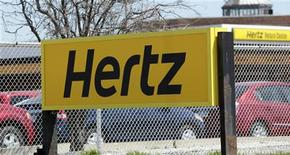 <p>Hertz Global Holdings, numéro deux de la location de voitures aux Etats-Unis, va racheter Dollar Thrifty Automotive Group pour environ 2,3 milliards de dollars (1,84 milliard d'euros), mettant fin à deux ans de négociations. /Photo d'archives/REUTERS/Rebecca Cook</p>