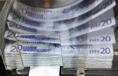 <p>Selon l'agence Moody's, le relèvement des plafonds du livret A et du livret de développement durable (LDD, ex-Codevi) constitue un signal négatif pour la note des banques françaises. L'agence de notation estime que les groupes bancaires les plus affectés seront BPCE, Crédit mutuel et Crédit agricole car ils disposent des encours les plus importants d'épargne défiscalisée. /Photo d'archives/REUTERS/Thierry Roge</p>