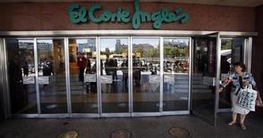 <p>La crise économique qui frappe de plein fouet l'Espagne n'épargne pas El Corte Ingles, la plus célèbre enseigne de grands magasins du pays, le forçant à réduire ses prix et ses marges. Le groupe familial a vu les ventes de ses grands magasins, de ses hypermarchés et de ses magasins de proximité baisser de 3,9% à 15,8 milliards d'euros en 2011. /Photo prise le 27 août 2012/REUTERS/Sergio Perez</p>