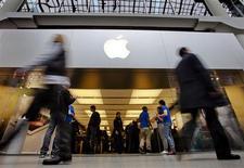 <p>Apple a inscrit lundi un nouveau record en séance à 680,87 dollars, après sa victoire en justice remportée sur Samsung Electronics, laquelle risque d'avoir des répercussions d'envergure sur le marché de la communication mobile. L'action Apple a finalement clôturé en hausse de 1,9% à 675,68 dollars. /Photo prise le 16 mars 2012/REUTERS/Mark Blinch</p>