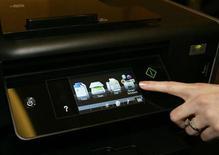 """<p>Imagen de archivo de la plantalla táctil de una impresora Platinum Pro905 de Lexmark durante el evento """"CES Unveiled"""", en Las Vegas, EEUU, ene 5 2010. La fabricante de impresoras Lexmark International Inc dijo que detendrá la manufactura de equipos con tecnología de inyección de tinta, lo que implicará una reducción de unos 1.700 empleos, y que se enfocará en sus negocios de software e imágenes, que presentan mejor rentabilidad. REUTERS/Steve Marcus</p>"""