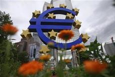 <p>De l'avis de certains économistes, l'effet des rachats d'obligations souveraines que s'apprête à annoncer la Banque centrale européenne (BCE) pour endiguer la crise de la dette se retournera contre la zone euro si l'institut de Francfort se montre trop timoré. /Photo prise le 11 juillet 2012/ REUTERS/Alex Domanski</p>