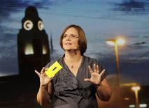 """<p>Jo Harlow, vice-présidente exécutive de Nokia. Le groupe finlandais et Microsoft ont dévoilé mercredi de nouveaux """"smartphones"""", les Lumia 920 et 820, considérés comme la dernière chance de Nokia de reprendre pied sur ce segment stratégique, mais l'accueil des investisseurs a été glacial, l'action du fabricant d'Helsinki chutant de près de 13%. /Photo prise le 5 septembre 2012/REUTERS/Brendan McDermid</p>"""