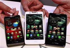 <p>Foto de los nuevos teléfonos de Motorola presentados el miércoles en un evento en Nueva York. Sep 5, 2012. REUTERS/Brendan McDermid</p>