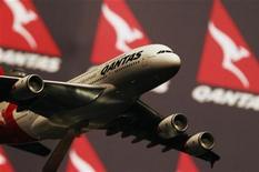 <p>La compagnie aérienne australienne Qantas Airways, qui tente de redresser sa division internationale déficitaire, a annoncé jeudi avoir conclu une alliance de dix ans avec la compagnie Emirates. /Photo prise le 23 août 2012/REUTERS/Daniel Munoz</p>