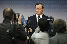 <p>Conférence de presse du président de la Banque centrale européenne à Francfort. Pour 2012, la BCE prévoit une contraction du produit intérieur brut comprise entre -0,6% et -0,2%, alors qu'en juin ses projections faisaient état d'une fourchette de -0,5% à +0,3%. Pour 2013, la prévision d'évolution de PIB est comprise entre -0,4% et +1,4% au lieu de la fourchette de 0,0%-2,0% retenue en juin. /Photo prise le 6 septembre 2012/REUTERS/Alex Domanski</p>