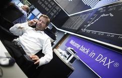 <p>Les Bourses de la zone euro accroissent leurs gains jeudi après-midi après que le président de la BCE Mario Draghi a annoncé une série de mesures visant à sortir la zone euro de la crise de la dette, notamment un nouveau programme d'achats d'obligations des pays fragilisés, sans limite de montant. Vers 15h50, Francfort prend 2,11%, Paris 2,39%, Milan 3,38% et Madrid 3,2%. /Photo prise le 6 septembre 2012/REUTERS/Alex Domanski</p>