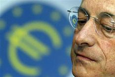 <p>Le président de la Banque centrale européenne, Mario Draghi. La Banque centrale européenne a avalisé jeudi le lancement d'un nouveau programme de rachats d'obligations souveraines sur le marché secondaire, potentiellement illimité et destiné à réduire les coûts de financement de pays de la zone euro sous pression afin de tourner la page de la crise de l'euro. /Photo prise le 6 septembre 2012/REUTERS/Alex Domanski</p>
