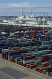 <p>Le déficit commercial de la France a diminué à 4,271 milliards d'euros en juillet, contre 6,07 milliards d'euros, un chiffre révisé à la hausse, un mois plus tôt. /Photo d'archives/REUTERS/Gonzalo Fuentes</p>