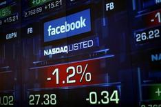 <p>Foto de archivo de una serie de monitores con el precio de las acciones de Facebook en el mercado Nasdaq de Nueva York, jun 4 2012. El operador bursátil Nasdaq se mantiene firme en su oferta de una compensación de 62 millones de dólares para las empresas afectadas por fallas técnicas en el debut de Facebook Inc en el mercado y está preparado para defenderse de cualquier litigio, dijo el lunes su jefe de finanzas, Lee Shavel. REUTERS/Eric Thayer</p>