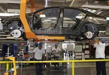 <p>Foto de archivo de la línea de ensamblaje del automóvil Jetta Bicentennial en la planta de Volkswagen en Puebla, México, ago 12 2010. La creciente industria automotriz de México vive un año de pujanza en el que además de sortear el mal tiempo de la desaceleración global está remolcando a otros sectores conexos a niveles de prosperidad que podrían perdurar un buen tiempo. REUTERS/Imelda Medina</p>