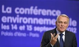 <p>Jean-Marc Ayrault a conclu samedi la conférence environnementale organisée par le gouvernement français par une salve d'annonces, dont la confirmation d'un appel d'offres avant la fin de l'année pour un parc éolien en mer. /Photo prise le 15 septembre 2012/REUTERS/Kenzo Tribouillard/Pool</p>