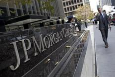 <p>Le respect par JPMorgan Chase de la loi américaine contre le blanchiment d'argent fait l'objet d'une enquête des autorités de régulation du secteur bancaire, selon une source proche du dossier. /Photo prise le 13 juillet 2012/REUTERS/Andrew Burton</p>