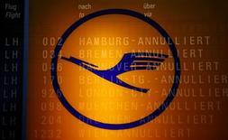 """<p>La direction de Lufthansa va présenter une mise à jour de sa stratégie lors de son conseil de surveillance de mercredi, qui devrait inclure le projet de création d'une nouvelle compagnie """"low-cost"""" européenne, selon le magazine allemand WirtschaftsWoche. /Photo d'archives/REUTERS/Kai Pfaffenbach</p>"""