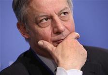 <p>Dans une interview dans Les Echos daté de lundi, Christian Noyer, le gouverneur de la Banque de France, juge excessives les craintes de l'Allemagne à propos du programme de rachat d'obligations souveraines de la BCE. /Photo prise le 20 avril 2012/REUTERS/Yuri Gripas</p>